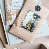 💍TIME AFTER TIME : un délicat parfum de bergamote, de jasmin, d'iris, le tout couronné par une note de santal, d'ambre et de caramel... de quoi nous donner envie de dire oui! #bridgewatercandles #bougie #bougieparfumee #sachet #sachetparfume #scentedsachet #candles #candleaddict #mode #influenceuse #cocooning #fragrance #bougiesaddict #bougieparfumee #homefragrance #decoration #blogueusemode #homesweethome #bergamotte #jasmin #pivoine #santal #wedding #mariage #weddingplanner 📷@scentedsachet