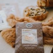 Petite gourmandise du matin avec notre parfum VANILLA CREAM! Un délicieux glaçage au beurre et une douce odeur de cupcake à la vanille! Gourmands et gourmandes savent s'abstenir! #vanilla #vanillacupcakes #cupcake #viennoiseries #bakery #food #sachetparfume #scentedsachet #bridgewatercandles #painauxraisins #lovefood #fragrance #homefragrance